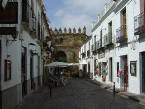Straßenzug Cordoba mit Blick auf historische Stadtmauer