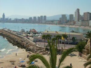 Strand und Skyline von Alicante