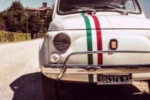 Foto von altem weißem Fiat 500 mit Streifen in Farben der italienischen Flagge