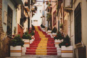 Altstadt, Treppe, die in spanischen Flaggenfarben (rot, gelb, rot) angestrichen ist
